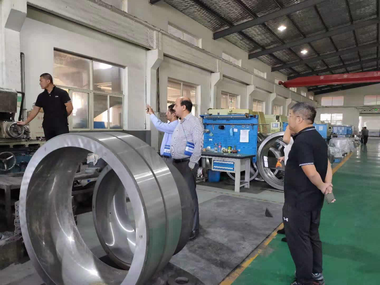 Middle East customers come to FV BEARING company to inspect industrial bearings